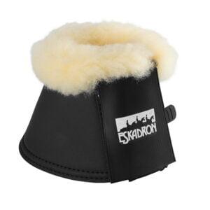 Eskadon boots med fårskinnBootsen är mjuka att ha på sig för hästen.syntetiskt läder fodrad med mjuk 5,5 mm neopren och dubbel kardborrfäste.